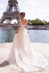 Wedding dresses Virginia Collection  L`arome de Paris  Silhouette  A Line  Color  Ivory  Neckline  Portrait (V-neck)  Sleeves  Long Sleeves  Fitted  Train  With train - foto 3
