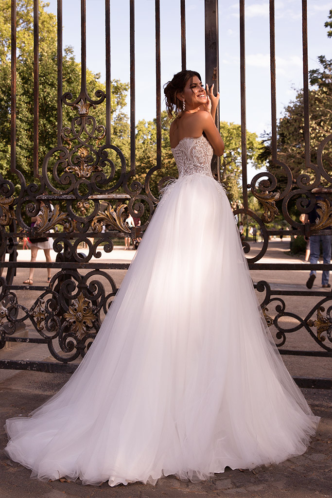 Wedding dresses Meghan Collection  L`arome de Paris  Silhouette  A Line  Color  Ivory  Neckline  Straight  Sleeves  Sleeveless  Train  With train - foto 2