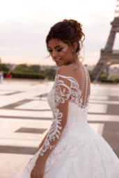 Wedding dresses Regina Collection  L`arome de Paris  Silhouette  A Line  Color  Ivory  Neckline  Sweetheart  Sleeves  Off the Shoulder Sleeves  Long Sleeves  Fitted  Train  With train - foto 3