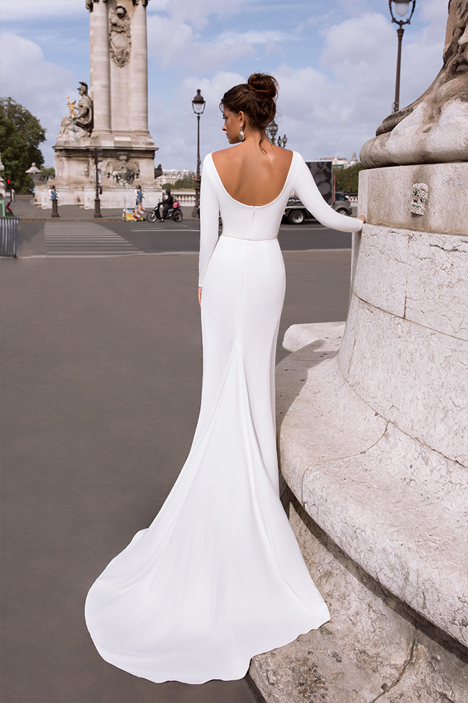 Wedding dresses Chicago Collection  L`arome de Paris  Silhouette  Sheath  Color  Ivory  Neckline  Bateau (Boat Neck)  Sleeves  Long Sleeves  Fitted  Train  With train - foto 4