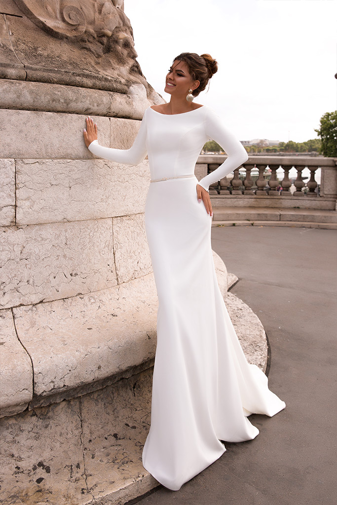 Wedding dresses Chicago Collection  L`arome de Paris  Silhouette  Sheath  Color  Ivory  Neckline  Bateau (Boat Neck)  Sleeves  Long Sleeves  Fitted  Train  With train - foto 2