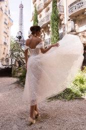 Suknie ślubne Jodi Kolekcja  L`arome de Paris  Sylwetka  Balowa suknia   Kolor  Kremowy  Dekolt  Dekolt w kształcie serca  Rękawy  Szerokie ramiączka  Opuszczony  Flex  Bez trenu - foto 2
