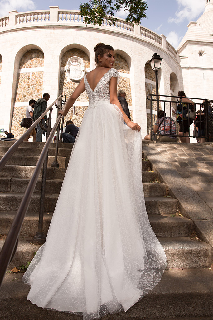 Wedding dresses Brooklyn Collection  L`arome de Paris  Silhouette  A Line  Color  Ivory  Neckline  Portrait (V-neck)  Sleeves  Wide straps  Train  With train - foto 3