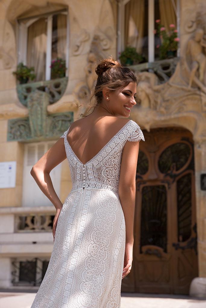 Wedding dresses Brook Collection  L`arome de Paris  Silhouette  Sheath  Color  Ivory  Neckline  Portrait (V-neck)  Sleeves  Wide straps  Train  With train - foto 4