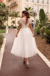 Wedding dresses Sharon Collection  Côte d'Azur  Silhouette  Mini  A Line  Color  Ivory  Neckline  Bateau (Boat Neck)  Sleeves  T-Shirt  Train  No train - foto 3