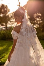 Wedding dresses Cyntia Collection  Côte d'Azur  Silhouette  A Line  Color  Ivory  Neckline  Sweetheart  Sleeves  Wide straps  Off the Shoulder Sleeves  Train  With train - foto 4