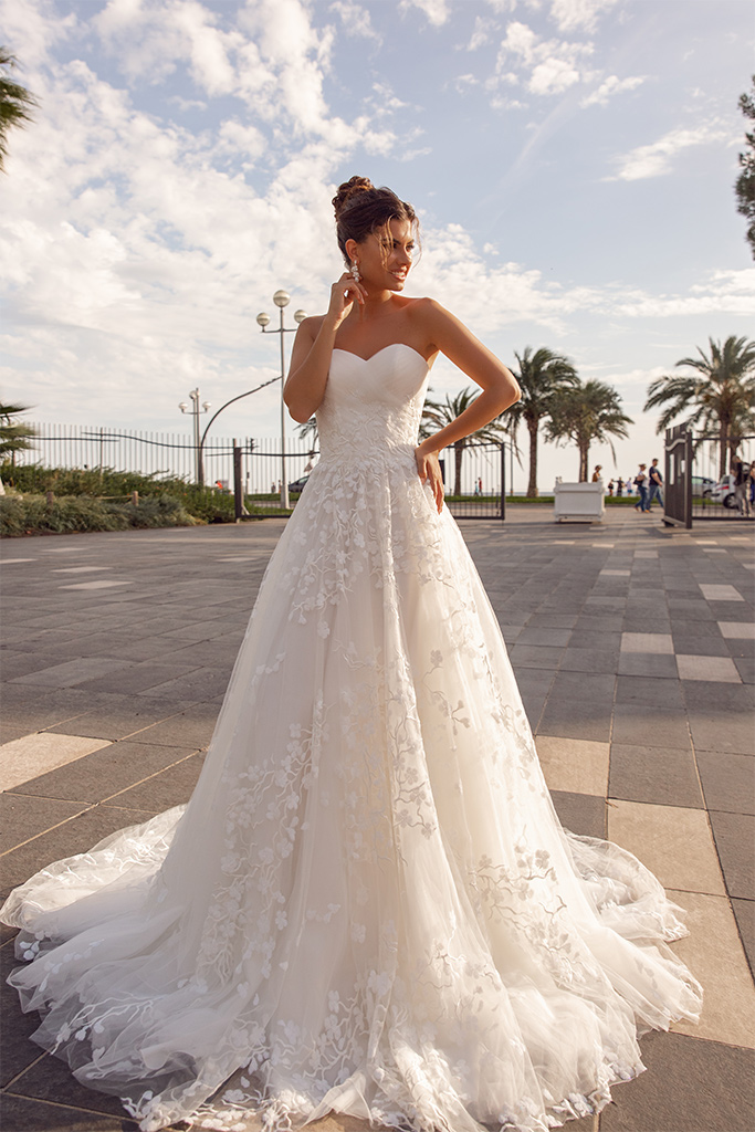 Wedding dresses Odetta Collection  Côte d'Azur  Silhouette  A Line  Color  Ivory  Neckline  Sweetheart  Sleeves  Sleeveless  Train  With train - foto 2