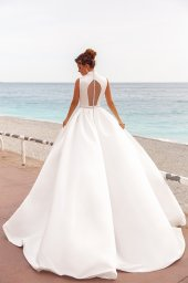 Wedding dresses Kylie Collection  Côte d'Azur  Silhouette  A Line  Color  Ivory  Neckline  Portrait (V-neck)  Halter  Sleeves  Wide straps  Train  With train - foto 3