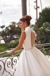 Wedding dresses Kylie Collection  Côte d'Azur  Silhouette  A Line  Color  Ivory  Neckline  Portrait (V-neck)  Halter  Sleeves  Wide straps  Train  With train - foto 4