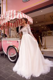 Wedding dresses Fibi Collection  Côte d'Azur  Silhouette  A Line  Color  Blush  Ivory  Neckline  Jewel  Sleeves  Long Sleeves  Fitted  Train  With train - foto 2