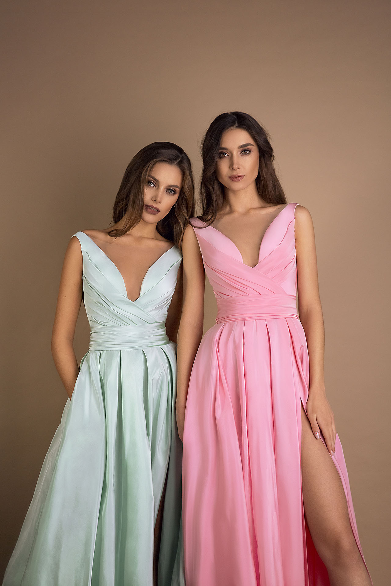 Evening gowns 1597 green Silhouette  A Line  Color  Green  Pink  Neckline  Portrait (V-neck)  Sleeves  Wide straps  Train  No train - foto 2