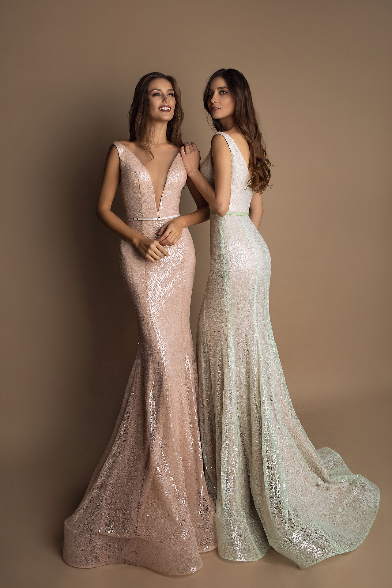 Evening gowns S-1608 blush Silhouette  Fitted  A Line  Color  Blush  Neckline  Portrait (V-neck)  Sleeves  Wide straps  Train  Detachable train - foto 5