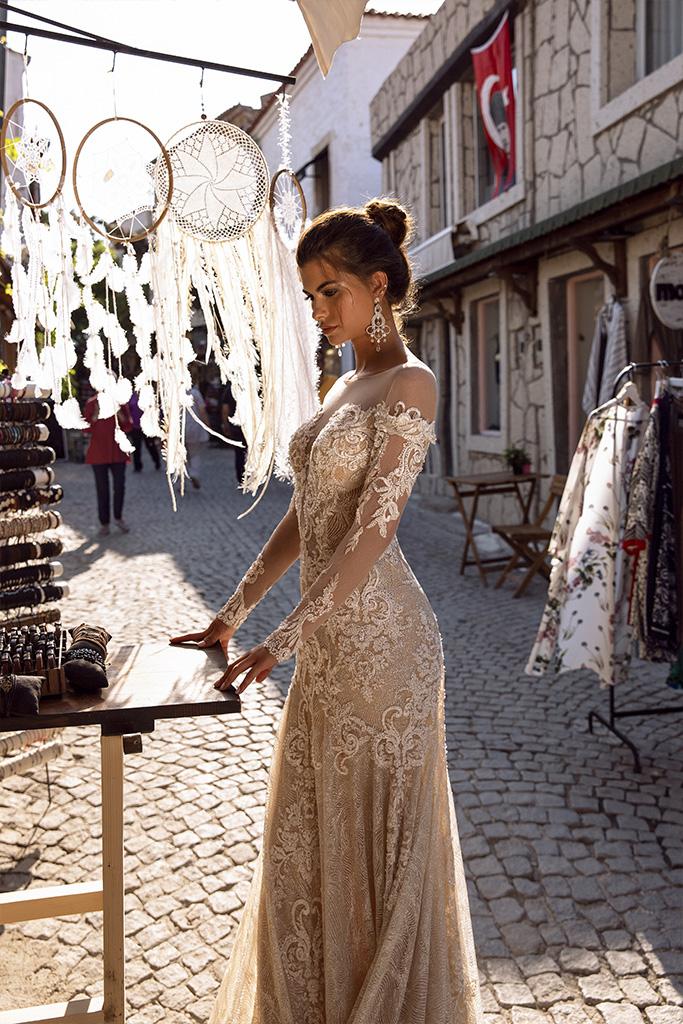 Brautkleider Dorian Kollektion  Highlighted Glamour  Silhouette  Tailliertes Kleid  Farbe  Golden  Cremeweiß   Ausschnitt  Illusion  Ärmel  lange Ärmel  talliert  Schweif  Ohne Schleppe - foto 2