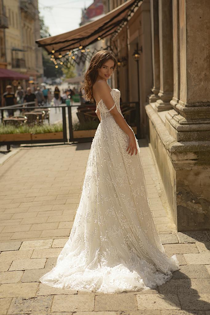 Suknie ślubne Amber Kolekcja  City Passion  Sylwetka  Balowa suknia   Kolor  Kremowy  Dekolt  Dekolt w kształcie serca  Rękawy  Szerokie ramiączka  Opuszczony  Flex  Z trenem - foto 2