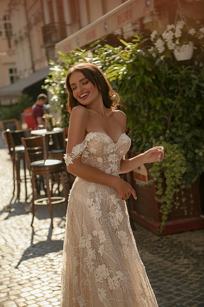 Suknie ślubne Amely Kolekcja  City Passion  Sylwetka  Balowa suknia   Kolor  Pudrowy  Kremowy  Dekolt  Dekolt w kształcie serca  Rękawy  Szerokie ramiączka  Opuszczony  Flex  Z trenem - foto 3