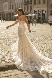 Wedding dresses Corinne Collection  City Passion  Silhouette  Fitted  Color  Ivory  Neckline  Sweetheart  Sleeves  Wide straps  Off the Shoulder Sleeves  Train  With train - foto 3