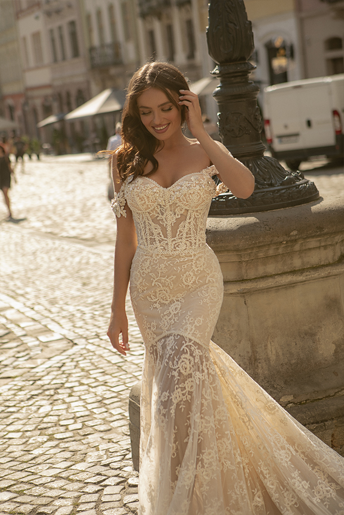 Wedding dresses Corinne Collection  City Passion  Silhouette  Fitted  Color  Ivory  Neckline  Sweetheart  Sleeves  Wide straps  Off the Shoulder Sleeves  Train  With train - foto 4