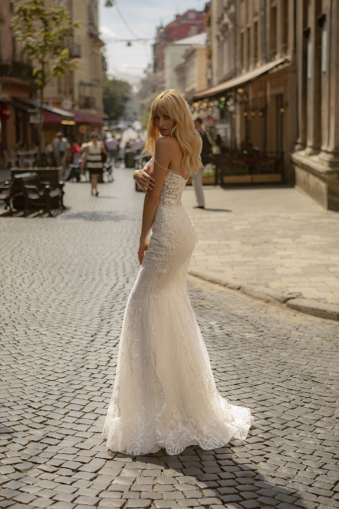 Wedding dresses Zhizel Collection  City Passion  Silhouette  Fitted  Color  Blush  Ivory  Neckline  Portrait (V-neck)  Sleeves  Spaghetti Straps  Train  With train - foto 4