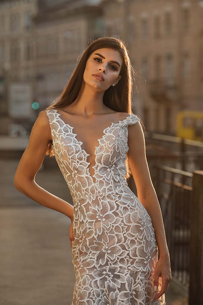 Wedding dresses Cameron Collection  City Passion  Silhouette  Fitted  Color  Ivory  Neckline  Portrait (V-neck)  Sleeves  Wide straps  Train  With train - foto 4