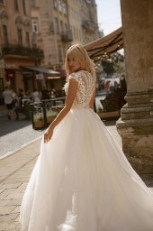 Wedding dresses Valerie Collection  City Passion  Silhouette  Ball Gown  Color  Blush  Ivory  Neckline  Portrait (V-neck)  Sleeves  Wide straps  Train  With train - foto 4