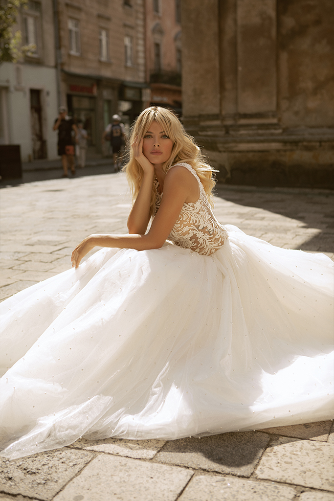 Wedding dresses Valerie Collection  City Passion  Silhouette  Ball Gown  Color  Blush  Ivory  Neckline  Portrait (V-neck)  Sleeves  Wide straps  Train  With train - foto 5