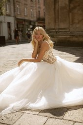Wedding dresses Valerie Collection  City Passion  Silhouette  Ball Gown  Color  Blush  Ivory  Neckline  Portrait (V-neck)  Sleeves  Wide straps  Train  With train - foto 6