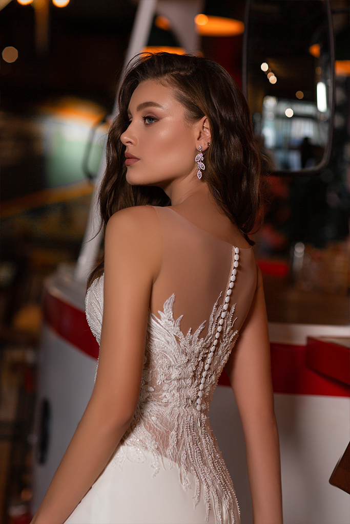 Wedding dresses Catrice Collection  Gloss  Silhouette  Sheath  Color  Blush  Ivory  Neckline  Portrait (V-neck)  Sleeves  Wide straps  Illusion Straps  Train  With train - foto 4
