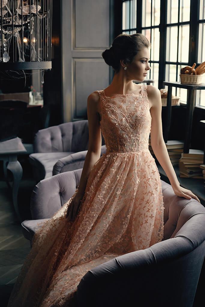 Sukienki Wieczorowe 1271 Sylwetka  Balowa suknia   Kolor  Brzoskiwiniowy  Dekolt  Prosty  Rękawy  Szerokie ramiączka  Flex  Bez trenu