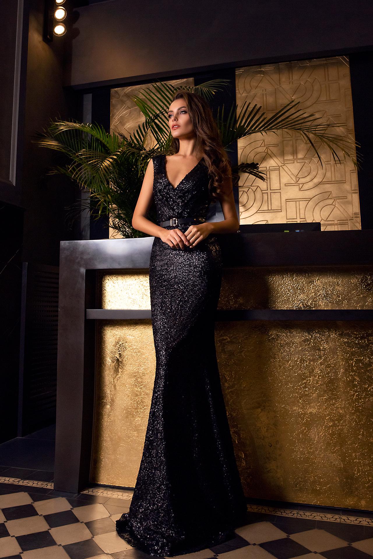 Sukienki Wieczorowe 1474 Sylwetka  Dopasowana sukienka   Kolor  Black  Dekolt  Portret (dekolt w serek)  Rękawy  Szerokie ramiączka  Flex  Bez trenu