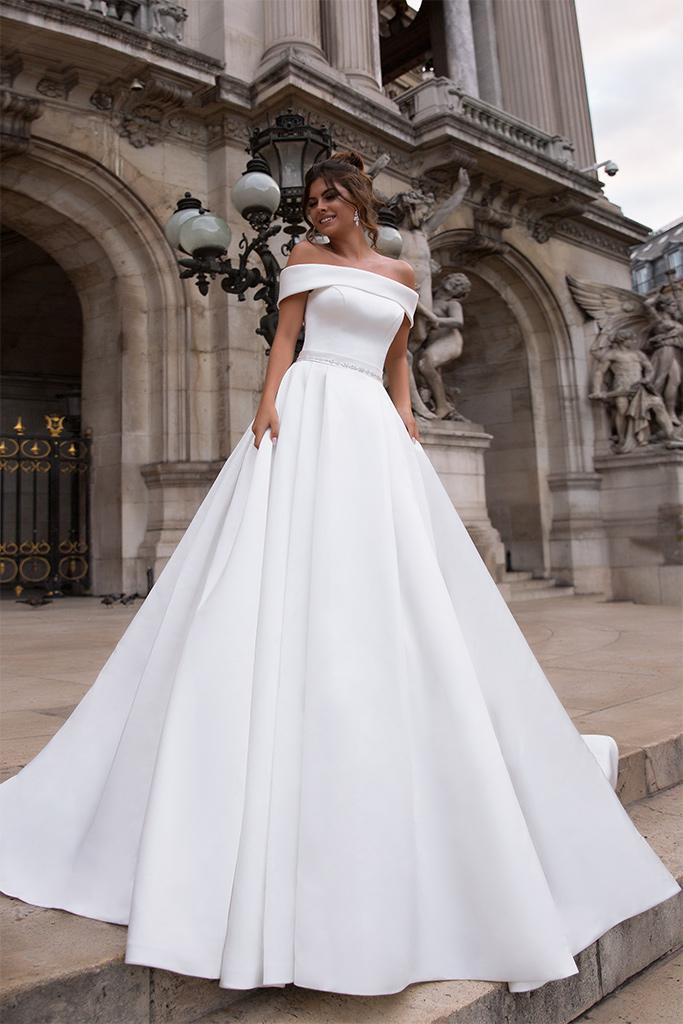 Suknie ślubne Evis-1 Kolekcja  L`arome de Paris  Sylwetka  Balowa suknia   Kolor  Kremowy  Dekolt  Prosty  Rękawy  Szerokie ramiączka  Opuszczony  Flex  Z trenem