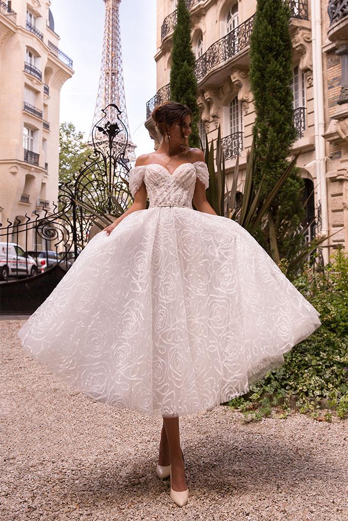 Suknie ślubne Jodi Kolekcja  L`arome de Paris  Sylwetka  Balowa suknia   Kolor  Kremowy  Dekolt  Dekolt w kształcie serca  Rękawy  Szerokie ramiączka  Opuszczony  Flex  Bez trenu
