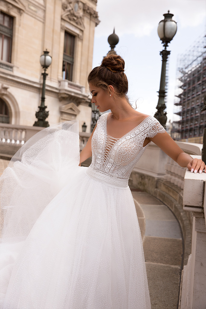 Suknie ślubne Brooklyn Kolekcja  L`arome de Paris  Sylwetka  Balowa suknia   Kolor  Kremowy  Dekolt  Portret (dekolt w serek)  Rękawy  Szerokie ramiączka  Flex  Z trenem
