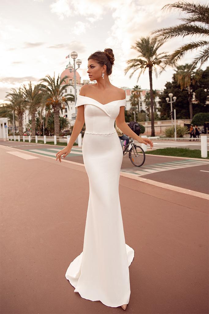 Suknie ślubne Clio Kolekcja  Côte d'Azur  Sylwetka  Dopasowana sukienka   Kolor  Kremowy  Dekolt  Dekolt w kształcie serca  Rękawy  Szerokie ramiączka  Opuszczony  Flex  Bez trenu