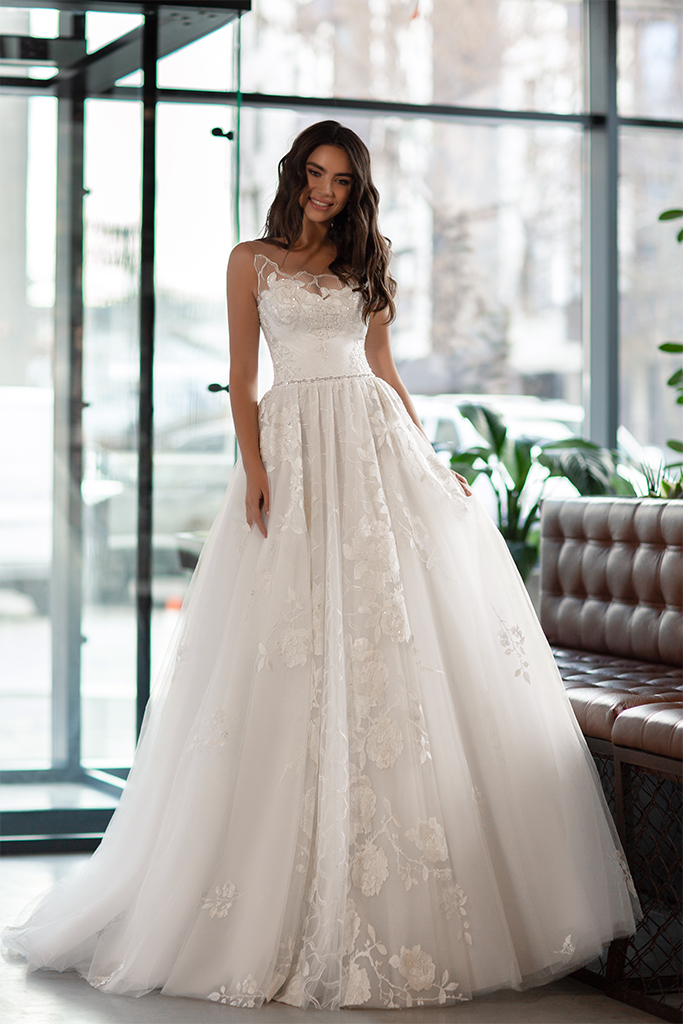 Suknie ślubne Karla Kolekcja  Gloss  Sylwetka  Princessa   Kolor  Kremowy  Dekolt  Dekolt w kształcie serca  Rękawy  Szerokie ramiączka  Przezroczyste ramiączka  Flex  Z trenem