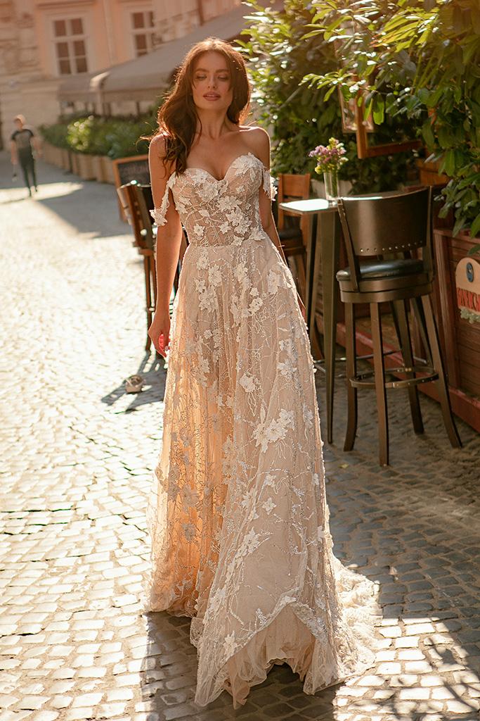 Suknie ślubne Amely Kolekcja  City Passion  Sylwetka  Balowa suknia   Kolor  Pudrowy  Kremowy  Dekolt  Dekolt w kształcie serca  Rękawy  Szerokie ramiączka  Opuszczony  Flex  Z trenem
