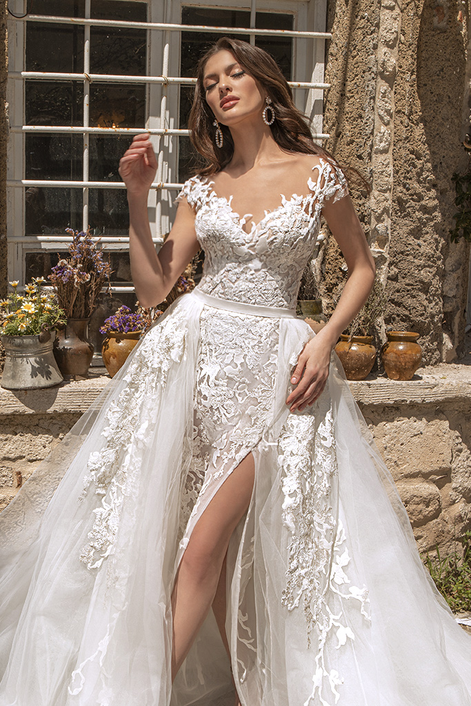 Wedding dresses Eleonora Silhouette  Fitted  Color  Ivory  Neckline  Sweetheart  Sleeves  T-Shirt  Train  With train