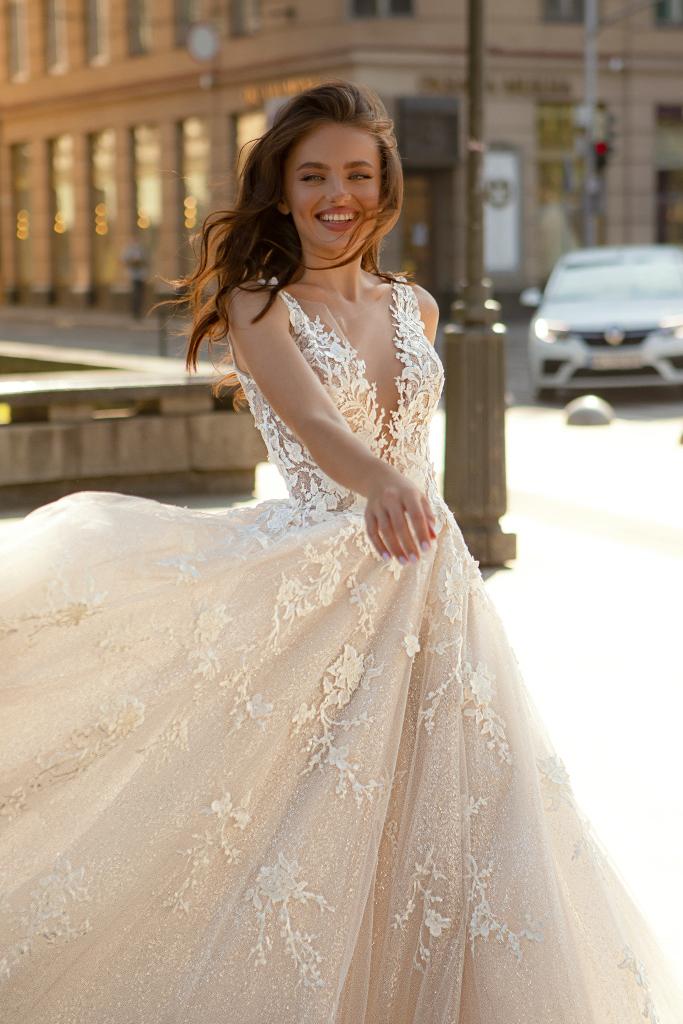 Wedding dress Dolores Silhouette  A-Silhouette  Farbe  Cappuchino   Ausschnitt  Porträt (V-Ausschnitt)  Ärmel  ärmellos  Schweif  Mit Schleppe