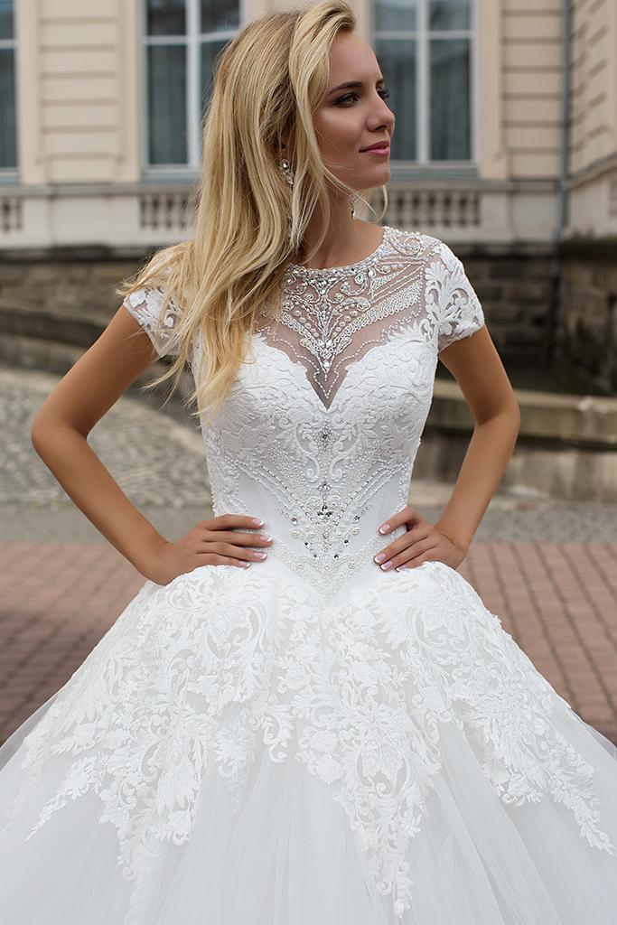 Suknie ślubne Abriana Kolekcja  Iconic Look  Sylwetka  Princessa   Kolor  Kremowy  Dekolt  Dekolt w kształcie serca  Owalny  Rękawy  Podkoszulek  Flex  Z trenem