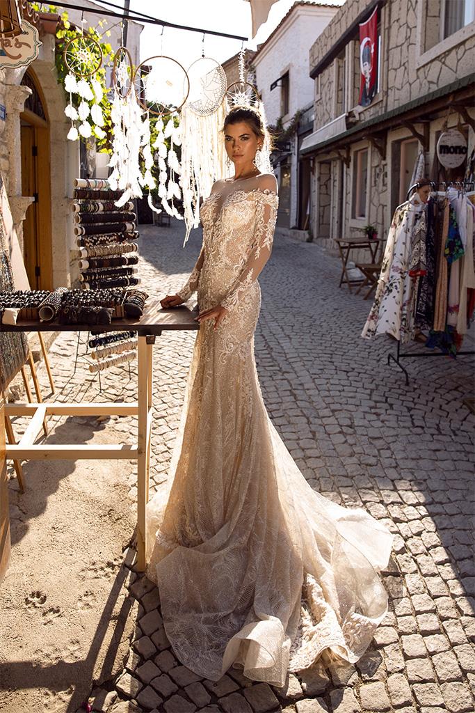 Brautkleider Dorian Kollektion  Highlighted Glamour  Silhouette  Tailliertes Kleid  Farbe  Golden  Cremeweiß   Ausschnitt  Illusion  Ärmel  lange Ärmel  talliert  Schweif  Ohne Schleppe