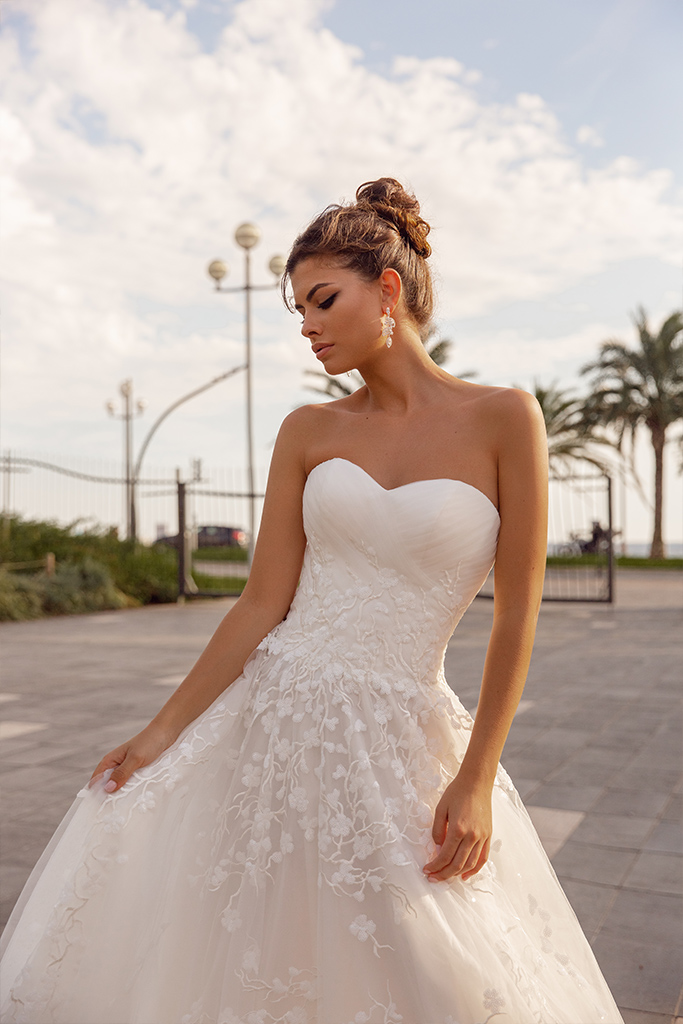 Wedding dresses Odetta Collection  Côte d'Azur  Silhouette  A Line  Color  Ivory  Neckline  Sweetheart  Sleeves  Sleeveless  Train  With train