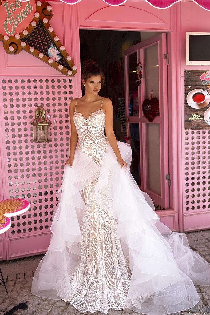 Свадебные платья Blair Коллекция  Highlighted Glamour  Силуэт  Облегающий  Цвет  Кремовиый  Вырез  Сердце  Рукава  Бретельки-спагетти  Шлейф  Съемный шлейф