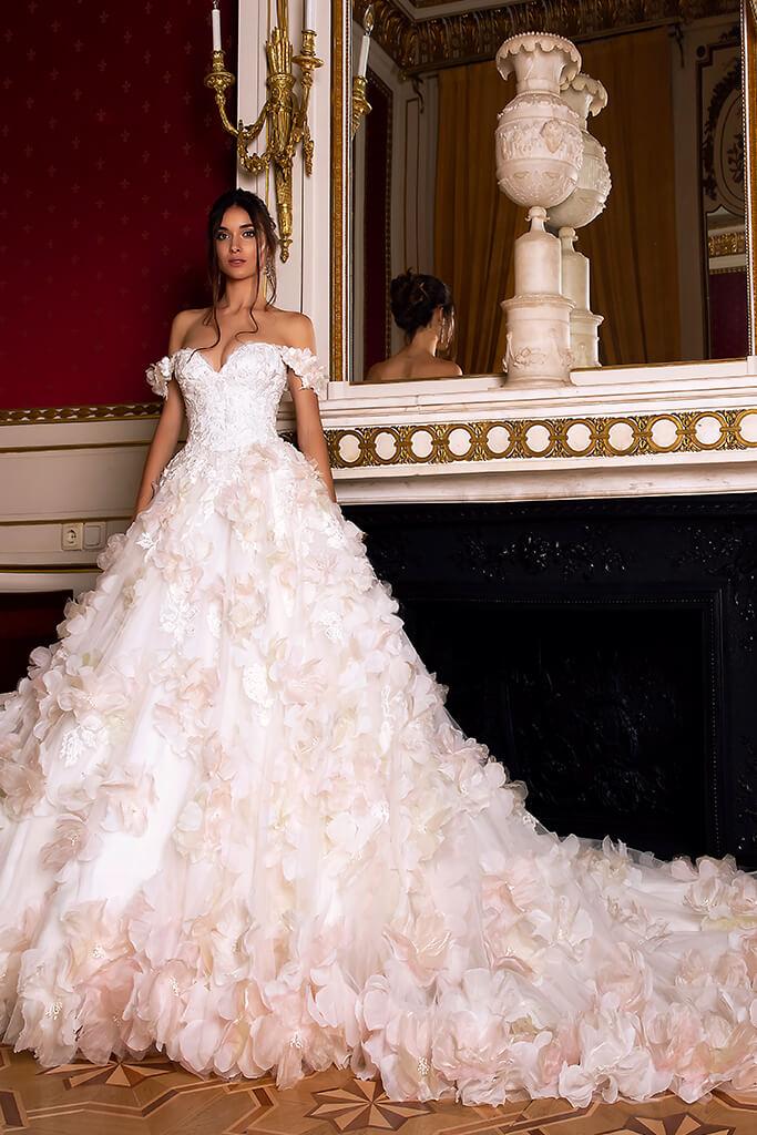 Suknie ślubne Eritea Kolekcja  Luxurious Spirit  Sylwetka  Princessa   Kolor  Różowy  Kremowy  Dekolt  Dekolt w kształcie serca  Rękawy  Opuszczony  Flex  Z trenem