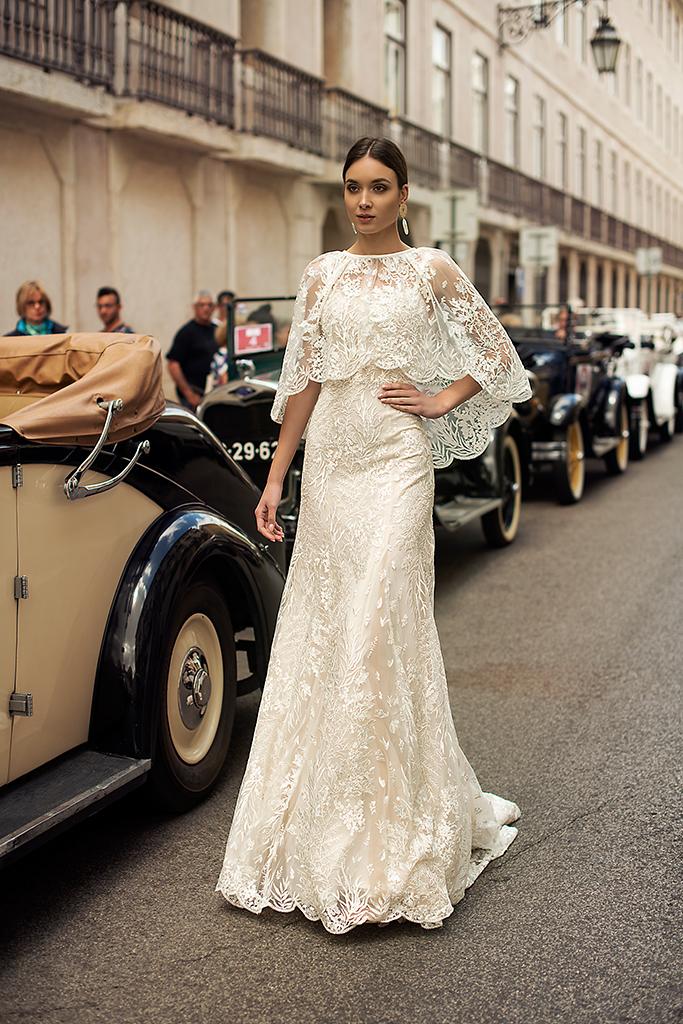 Suknie ślubne Frida Kolekcja  Lisbon Lace  Sylwetka  Prosta suknia   Kolor  Kremowy  Dekolt  Prosty  Rękawy  Szerokie ramiączka  Flex  Peleryna  Z trenem