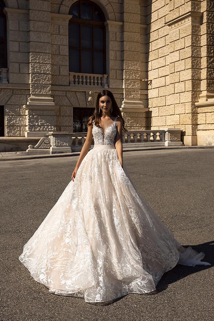 Весільні сукні Gwen-1 Колекція  Luxurious Spirit  Силует  А-Силует  Колір  Капучіно  Кремовий  Виріз  Серце  Рукави  Широкі бретелі  Шлейф  З шлейфом