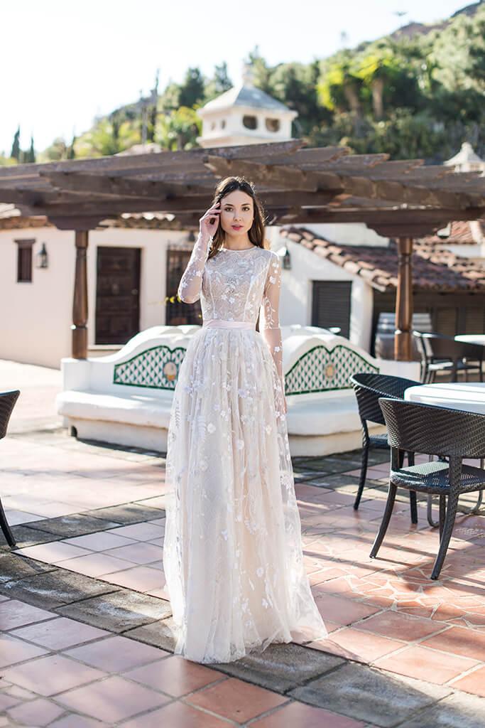 Весільні сукні Lutecia Колекція  Lisbon Lace  Силует  Прямий  Колір  Кремовий  Виріз  Круглий  Рукави  Довгий  Приталений  Шлейф  Без шлейфа